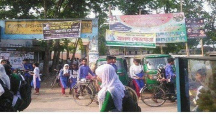 চালাকচরে বিদ্যালয়ের সামনে অটোরিকশা স্ট্যান্ড, শিক্ষার্থীদের ভোগান্তি