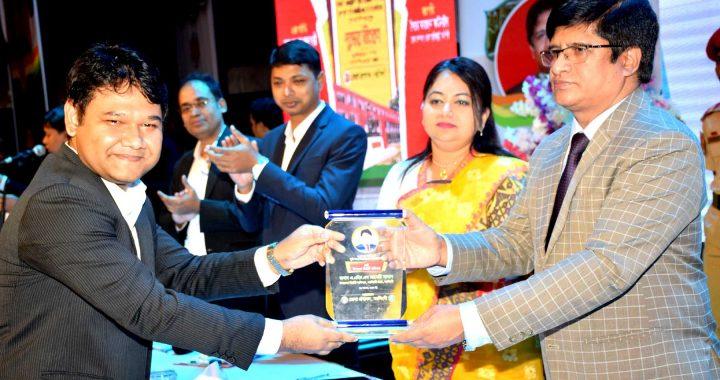 নরসিংদী জেলা প্রশাসনে ই-নথি ও ই-সেবায় অবদানের জন্য পুরস্কার প্রদান